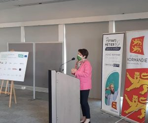 notre présidente Agnès Canayer lors signature de la charte